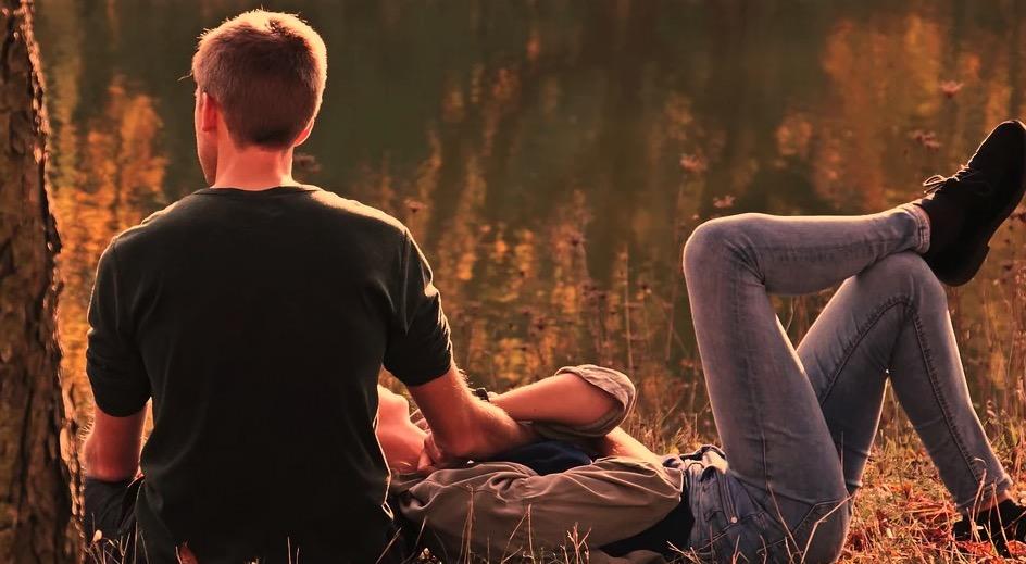 être heureux couple allongé dans la nature