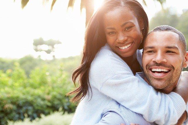 couple qui n'a pas d'obstacle au bonheur